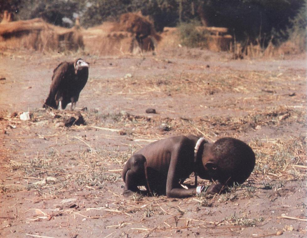 Sudán, 1993. Fotografía de Kevin Carter. 16 meses después de haber tomado esta foto, la noche del 27 de julio de 1994, el sudafricano Kevin Carter, que venía de recoger el Premio Pulitzer en la Columbia University, conectó una goma al tubo de escape de su coche, dejó una confusa nota y se suicidó. Tenía 33 años