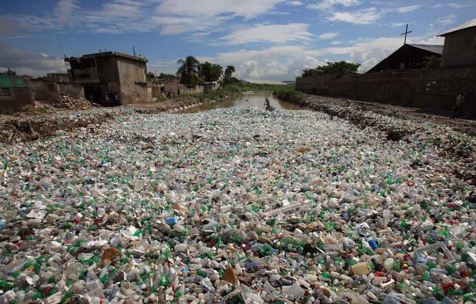 Un río de Puerto Príncipe, cubierto por botellas de plástico - Foto: EFE
