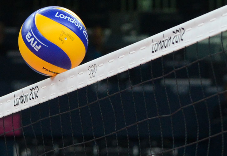 Una pelota toca la red durante el partido de vóley femenino entre República Dominicana y Rusia por los Juegos de Londres. AFP