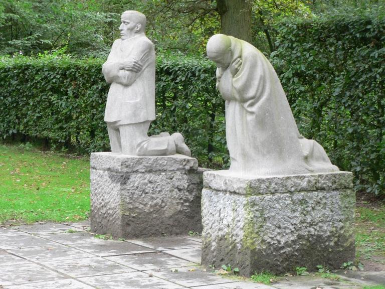 Het treurende ouderpaar (El duelo de los padres, Memorial a Peter, hijo de Kollwitz)